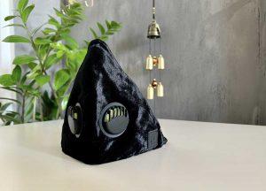 Montserrat – delikatny czarny aksamit, który subtelnie błyszczy w świetle dziennym. 82% Wiskoza, 18% Poliamid