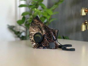 Vormsi – delikatny, pluszowy aksamit z eleganckim, błyszczącym wzorem węża. 95% Poliester, 5% Elastan